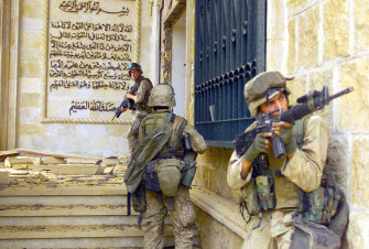 800px-Marines_in_Saddams_palace_DM-SD-04-12222