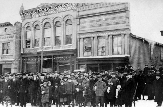 Dec. 24, 1913: Calumet Italian Hall Disaster (This Day in History) - Striking miners and their families gather outside of union headquarters in Calumet, Michigan | Zinn Education Project: Teaching People's History